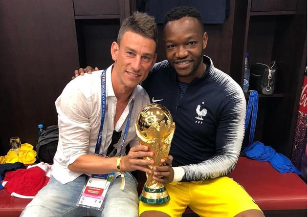Sao Arsenal đăng tải bức ảnh chụp cùng cúp vàng - Bóng Đá