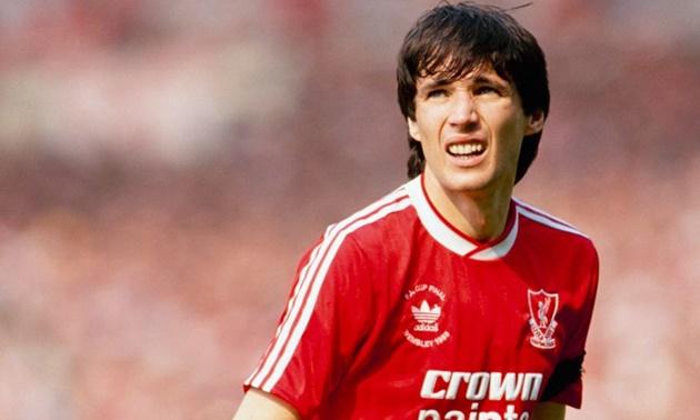 Jamie Carragher so sánh trung vệ này với 'huyền thoại bất tử' của Liverpool - Bóng Đá