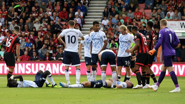 Cựu sao Man United bất tỉnh trên sân sau cú va chạm cực mạnh trên sân - Bóng Đá