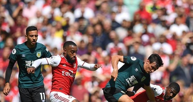 Tân binh Arsenal ăn mừng điên cuồng khi thấy Aubameyang ghi bàn - Bóng Đá