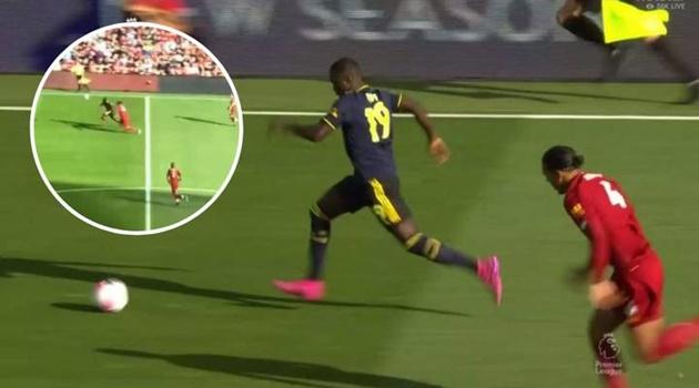 Tốc độ và đột biến, Nicolas Pepe đang đi trên con đường của Eden Hazard - Bóng Đá