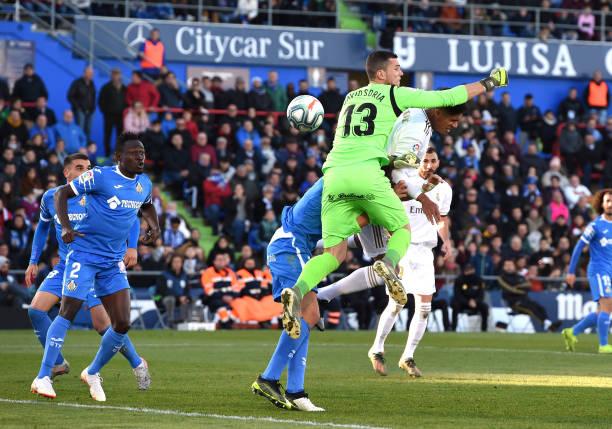 Varane tỏa sáng, Real Madrid chia sẻ ngôi đầu với Barca - Bóng Đá