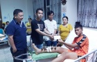 Hồng Duy thay mặt đồng đội ở ĐT Việt Nam động viên đội trưởng U19 SHB Đà Nẵng bị gãy chân