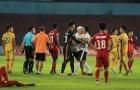 SỐC: Trợ lý CLB Hải Phòng lao vào sân định 'tẩn' trọng tài