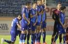 Cầu thủ Quảng Nam học Dani Alves để ngăn cản tình huống sút phạt của TP.HCM