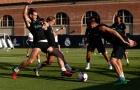 Bale và Modric tranh chấp kịch liệt trên sân tập