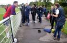 Rashford ôm đầu hoảng hốt khi đồng đội ném vỡ ống kính của phóng viên