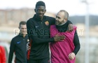 Dembele thân thiết với Iniesta trên sân tập
