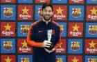 Messi 'nhận quà' từ Barcelona