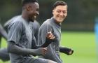 Mesut Ozil 'thả thính' Danny Welbeck trước trận đấu với Newcastle