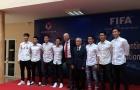 Chủ tịch FIFA thoải mái chụp ảnh cùng U23 và ĐT nữ Việt Nam