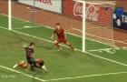 Đây, phản ứng của Văn Lâm khi Văn Hậu cứu bóng như 'huyền thoại Man Utd'