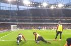 CĐV Arsenal 'tan chảy' với hành động của Guendouzi và Iwobi ở bàn penalty