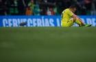 'Kẻ đáng thương tại Emirates' gục xuống sân, ôm mặt khóc ngoài phòng thay đồ