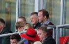 Solskjaer và Woodward cười tít mắt trên khán đài nhìn 1 đội M.U nâng cúp