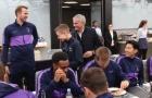'Cục cưng của Mourinho' bước vào phòng, các cầu thủ Tottenham đồng loạt làm 1 điều