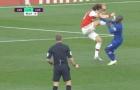 SỐC! Làm trò khiến Kante bực bội, David Luiz bị mắng là 'ngu ngốc'