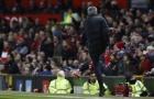 Trút giận vào chai nước, Mourinho bị đuổi lên khán đài