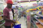 Thủ quân Indonesia đi mua sắm sau vụ ngộ độc