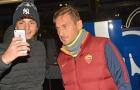 Totti phờ phạt khi chụp ảnh cùng NHM