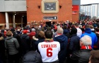 Trước giờ đấu, CĐV Man Utd tụ tập tưởng nhớ 'thảm họa Munich'
