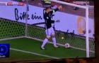 Tình huống tự mình đá mình của Manuel Neuer