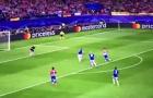 Torres lại trượt chân 'đúng bài' (vs Leicester)