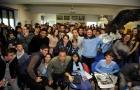Sao Lazio mang cả đại bàng tới thăm trường học
