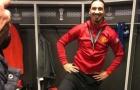 Ibrahimovic ngạo nghễ đạp chân lên cúp Europa League