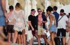 Rooney dắt vợ đi biển, nhấm nháp ngụm bia với cựu sao Quỷ đỏ