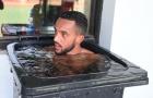 Chuẩn bị đấu Bayern, Walcott tắm trong 'thùng rác'