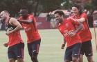 Alves hòa nhập cực nhanh với đồng đội trên sân tập