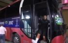 Rảo bước xuống xe bus, Ronaldo suýt ngã 'sấp mặt'