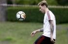 XÁC NHẬN: Tân binh AC Milan 'ngồi chơi xơi nước' một tháng