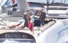 Memphis Depay và bạn gái ôm nhau thắm thiết trên du thuyền hạng sang