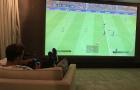 Mesut Oezil nhận gạch đá khi chơi PES tại gia