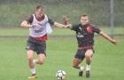 Wilshere tái xuất, Arsenal tập luyện dưới cơn mưa rào