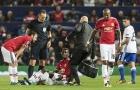 Pogba tập tễnh dùng nạng rời sân Old Trafford