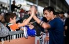 Gạt trận thua Lazio, Dybala vui vẻ với fan nhí trên sân tập