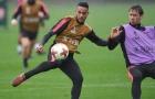 Cầu thủ Arsenal dầm mưa, nghe Wenger 'giáo huấn'