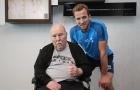 Ở tuổi 77, huyền thoại Jimmy Greaves đi xe lăn cổ vũ Tottenham trước trận đại chiến
