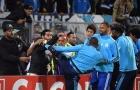 Tái hiện cú kungfu của Cantona, Evra bị đuổi khi trận đấu chưa bắt đầu