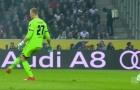 Thủ môn Bundesliga vừa đá bóng vừa... 'mơ ngủ'