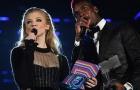 Paul Pogba cầm mic, sánh vai cùng Natalie Dormer tại MTV European Music
