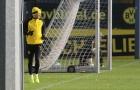 Reus chạy ngoài đường pitch, hướng ánh nhìn về phía đồng đội