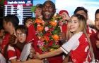 Fan nữ Việt cuồng nhiệt khiến huyền thoại Arsenal bối rối