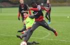 Hết rê dắt rồi xoạc bóng, Ozil cân cả buổi tập của Arsenal