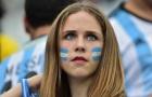 Khoảnh khắc cầu thủ ngượng chín mặt khi CĐV nữ lọt vào sân ăn mừng