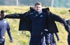 Napoli mặc áo khoác 'tắm nắng' trước khi sang Hà Lan