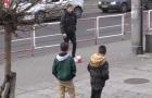 NHM đau đớn khi bị 'gài' đá bóng giả trên phố